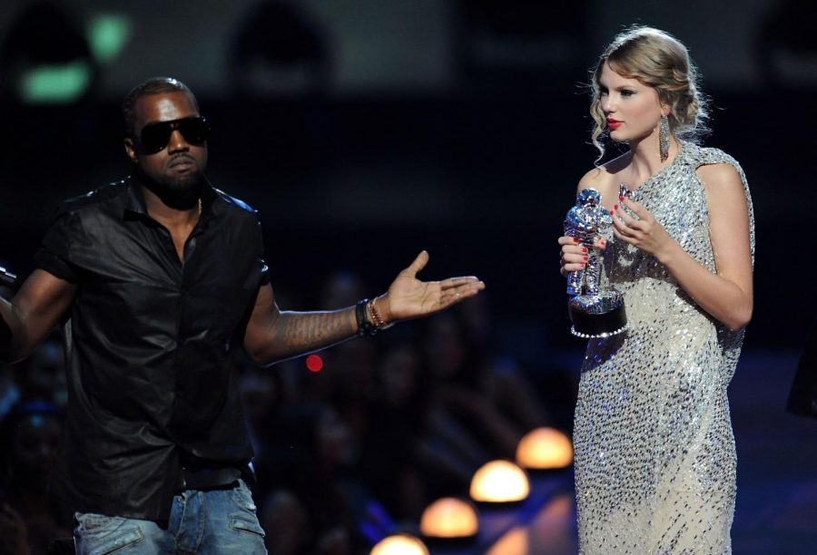 Kanye+West+took+the+microphone+from+Taylor+Swift+at+the+2009+VMAs.