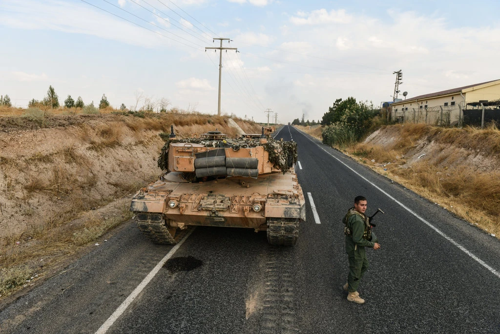 Turkish soldier and tank moving towards Syria.